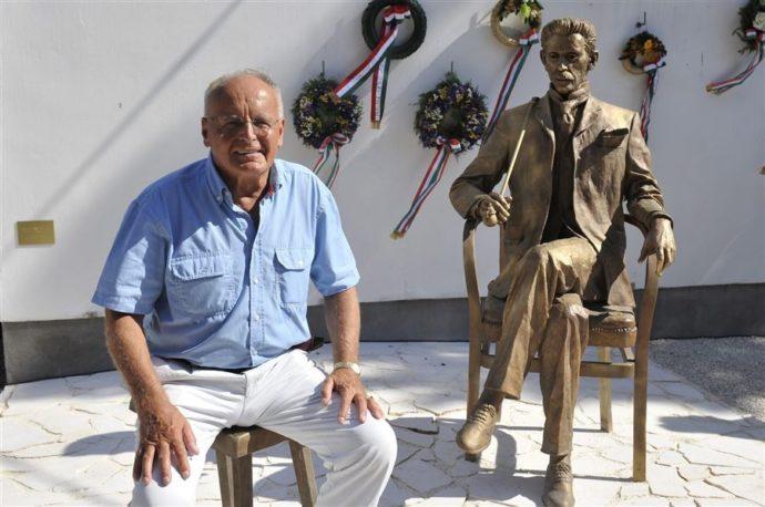 Gárdonyi Géza szobra és Kligl Sándor szobrász - Fotó: Gárdony Kultúra