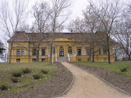 A Kastély 2001-ben