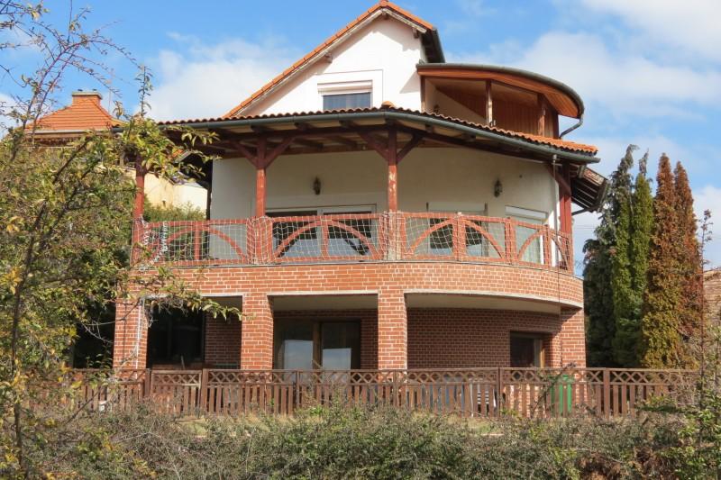 Velence Bence-hegyen 360nm-es panorámás ház eladó vagy kiadó!