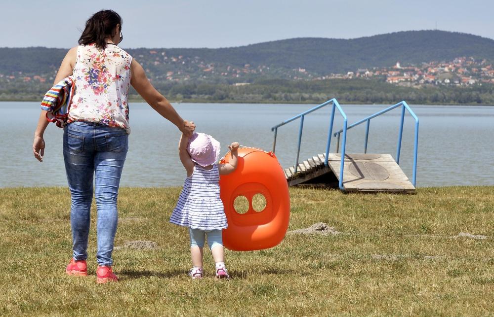 Egy kislány édesanyjával a Velencei-tóból kiemelt lépcsõnél, Gárdonyban 2015. augusztus 1-jén.