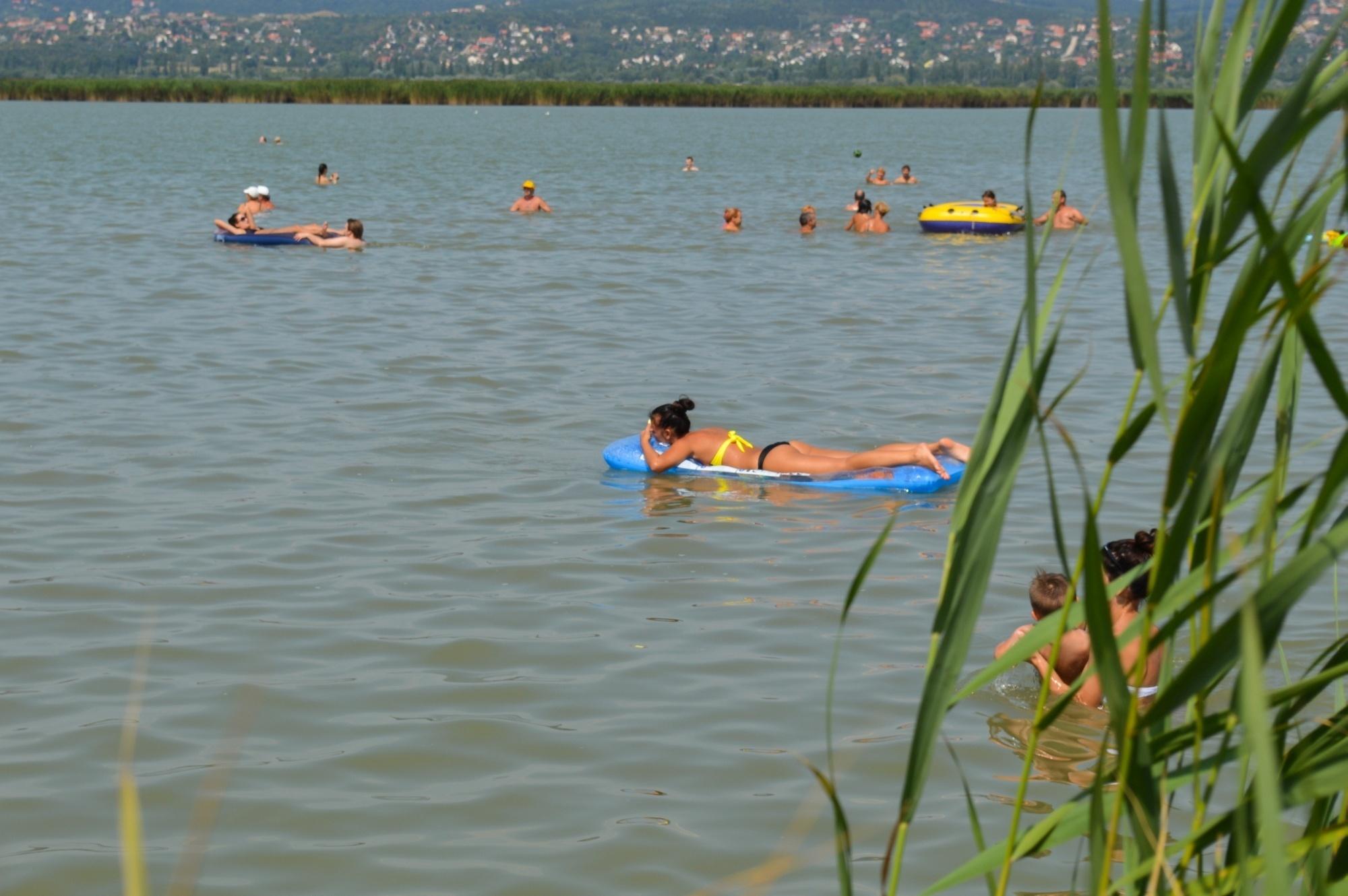 Strandolók egy velencei szabadstrandon