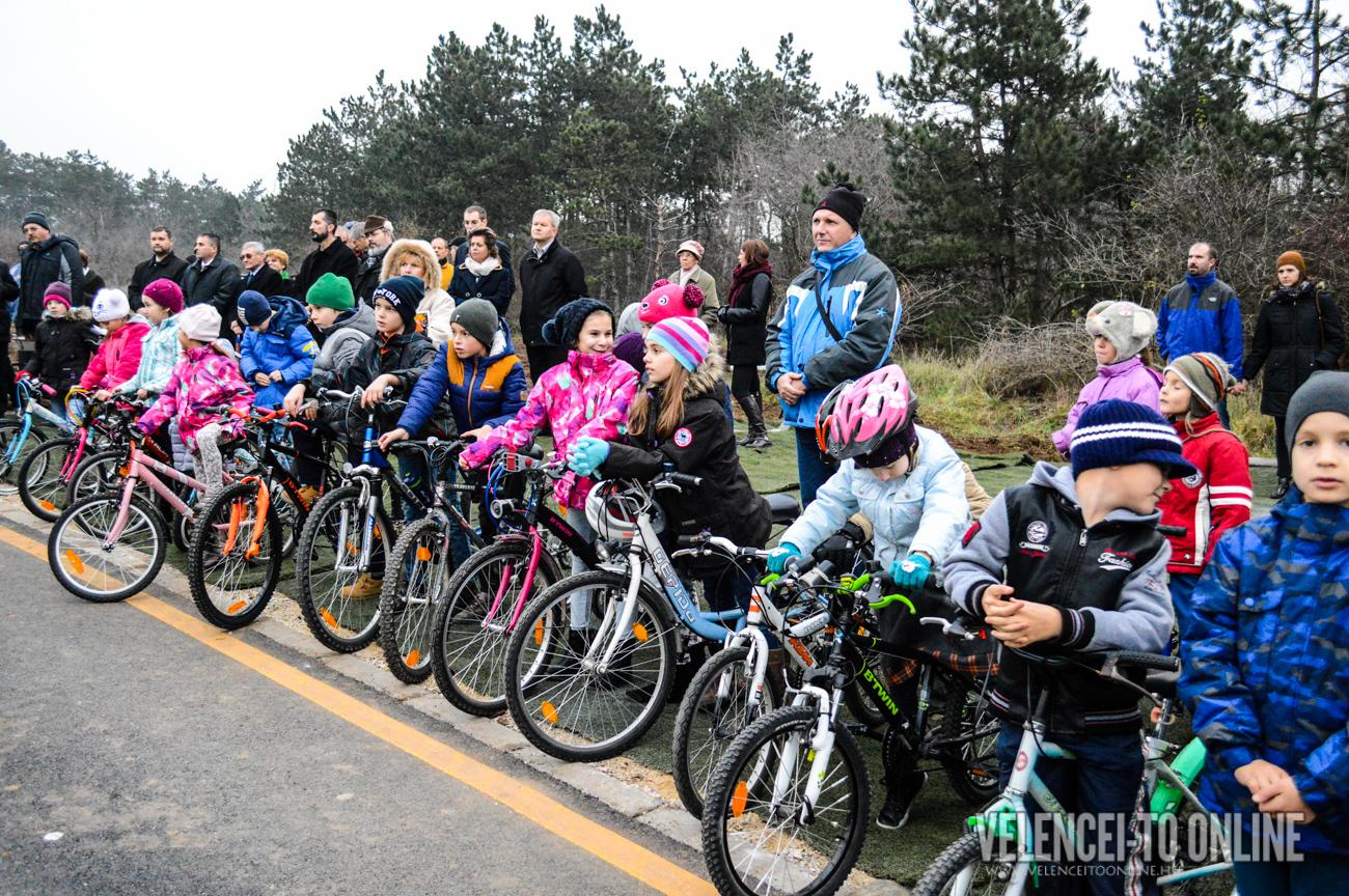 Elsőként a sukorói gyerekek vették birtokba az új kerékpárutat