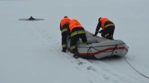 Jégbe szakadt embereket mentettek a Velencei-tóból! – fotók