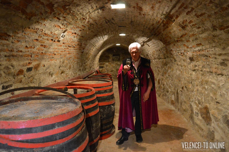 Kupi László, a velencei Szent Benedictus Borlovagrend tagja a Vörösmarty pincében