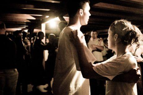 Kiállítás-megnyitók és táncház az Agárdi Közösségi Házban @ Agárd Közösségi Ház